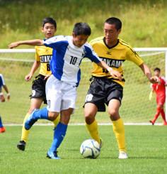 各競技で熱戦を繰り広げた昨年の県中学校総体。激しくサッカーボールを奪い合う選手たち=2019年7月15日、遠野市・遠野運動公園陸上競技場