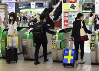 県をまたぐ移動自粛が全面解除となり、新幹線改札口では大きな荷物を持つ客も見られた=19日、盛岡市・JR盛岡駅