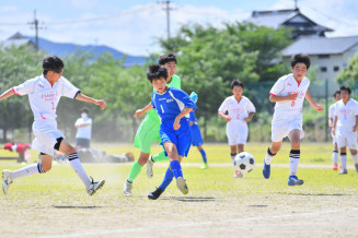 胆江地区のサッカーで対戦する東水沢と江刺一の選手たち。試合ができる喜びをかみしめながら熱戦を繰り広げた=20日、奥州市・東水沢中