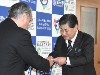 野田武則市長に目録を手渡す沢田政男会長(右)