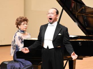 力強く伸びやかな声で数々の名曲を歌い上げた福井敬さん(右)