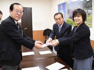 本田敏秋市長(左)に寄付金を手渡す新里佳子会長と佐々木定雄副会長