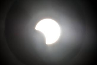 部分日食で4分の1ほどが欠けた太陽=21日午後5時5分、盛岡市新庄・岩山展望台(減光フィルター使用で撮影)