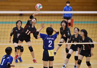 一関地方交流体育大会・バレーボール女子 萩荘-平泉 スパイクを決める萩荘の選手(11)