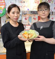 新商品の企画開発に携わった安部ほのかさん(左)、佐々木瑞穂さん。やわらかでジューシーな食感で、ご飯が進む一品だ
