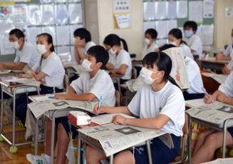 新聞の読み方を記者から学ぶ仙北中の1年生