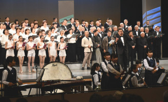 岩手芸術祭の開幕を飾る総合フェスティバルで合唱する出演者ら=2019年10月