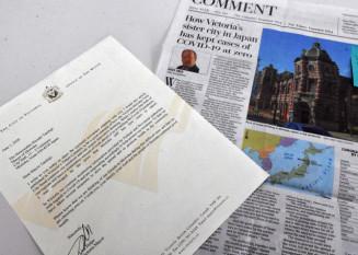 リサ・ヘルプス市長から届いた手紙(左)と盛岡市の写真付きで「感染者ゼロ」を伝える地元紙