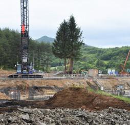 2022年8月の開校を目指し、工事が始まる建設予定地=八幡平市安比高原