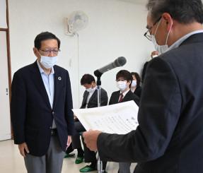 「就労サポーター」の企業の代表者に佐藤博教育長(右)から感謝状が贈られた