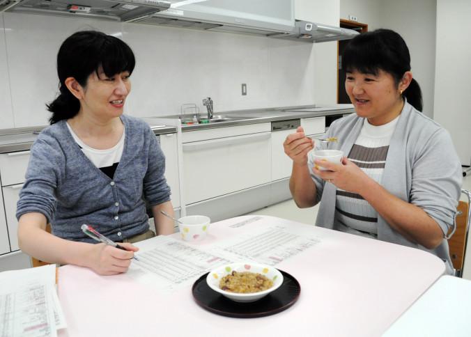 フェジョンの味を確認する菅原史子さん(左)と佐々木・エリカ・ヒロミさん。ブラジル代表チームの食事面の不安解消を目指す