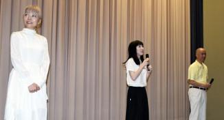 舞台あいさつする(左から)小松真弓監督、佐藤由奈さん、先生役の畠山育王さん