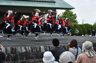 多くの観客が見守る中、勇壮に舞う黒岩鬼剣舞保存会の会員