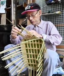 熟練の技で竹籠を編んでいく石館春男さん