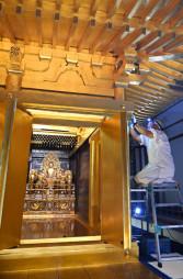 保存修理が進む中尊寺金色堂=29日、平泉町平泉