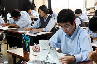 古い新聞を読み、地域の災害の歴史を学ぶ1年生