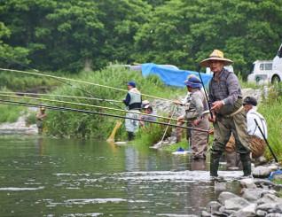 気仙川でアユ釣りを楽しむ愛好者