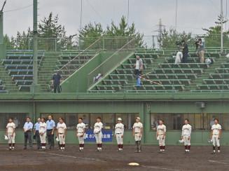 間隔を空けて校歌を歌う水沢の選手たち=1日、金ケ崎町・しんきん森山スタジアム