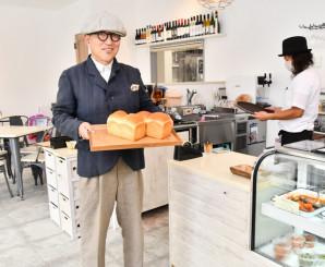 ヤギの生乳を使ったパンを手に「宮古にしかないものを提供していきたい」と意気込む前田英仁社長
