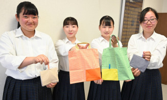 手作りマイバッグの普及活動に取り組む家庭クラブ員の(左から)高橋美玖さん、佐々木佳美さん、小山涼さん、宮野由香さん