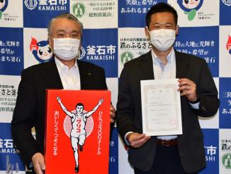 野田武則市長(左)から委嘱状を受け取った大窪諒さん