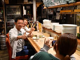 きたかみオンラインで紹介する動画を収録する(左から)小田島直樹社長と伊藤純二代表ら
