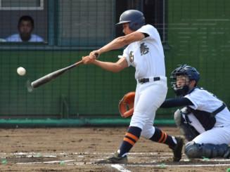 葛巻-福岡工 1回表葛巻1死二塁、大上が右前打を放つ。捕手田口=軽米