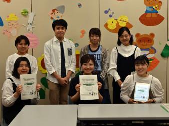 アイーナみんなの学習室を運営する慶長紗貴さん(前列中央)らサークルの主要メンバー