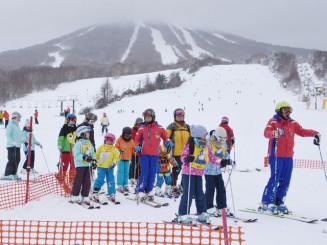 多くのスキー客でにぎわう安比高原スキー場=2019年12月