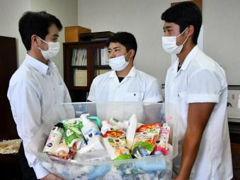 ハンドソープを松田幸三常務理事に手渡す(右から)阿部凌太主将と伊藤陸主将