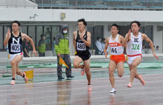 男子100メートル 10秒79で優勝した高杉時史(324、黒沢尻北高)。2位の国吉尭胤(405、日大)らを振り切った=北上市・北上総合運動公園陸上競技場