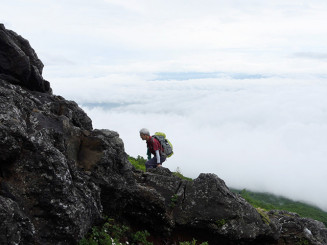 雲海を背に柳沢コースの岩場を登る。例年ならにぎやかな登山道も今年は静かだった