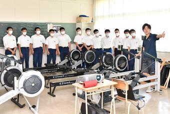 部活動見学でボート部員から活動内容を聞く中学生たち