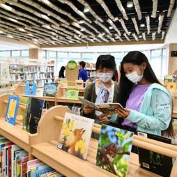 久慈駅隣に開館した「YOMUNOSU」。図書館は15万冊収蔵できる