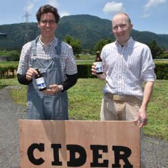 ドナルド・ジェファーソン・ハワード社長(左)と醸造責任者のミカ・ワレニウスさん。念願のハードサイダーを7日に発売する