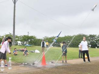 手作りのロケットを発射させ、科学の面白さを体感する子どもたち