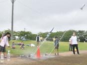 水ロケット高く遠くへ 宇宙少年団水沢Z分団、科学実験に挑戦