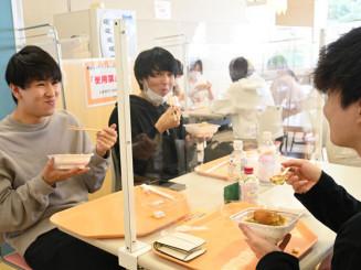 新岩手農協から寄贈された県産米のメニューを味わう学生