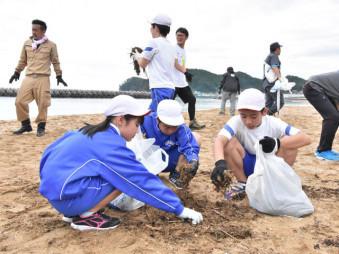 大野海岸の清掃に励む広田小の子どもたち