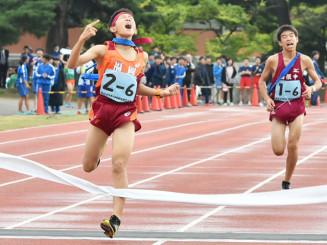 昨年の県中学校駅伝で優勝した男子・福岡のアンカー(左)=2019年10月、花巻市・日居城野運動公園陸上競技場