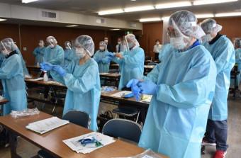 大船渡市で開かれた新型コロナウイルス感染症の検体検査に対応する個人防護具(PPE)研修会