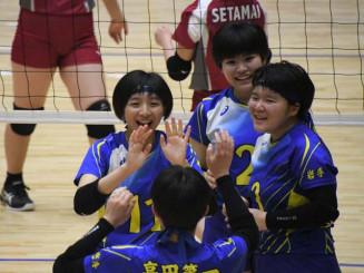 バレーボール女子 高田一-世田米 得点を決め、喜ぶ高田一の選手