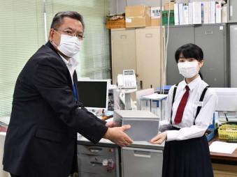 義援金を手渡す大船渡中の村上冴凜さん(右)