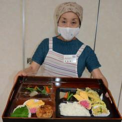 弁当や総菜のメニュー作りを進めるミレットキッチン花の本舘博子代表