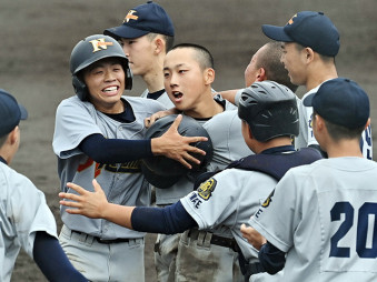夏季県高校野球大会の県大会が開幕。延長の末に勝利をつかみ、喜びを爆発させる花巻農の選手たち=13日、花巻市・花巻球場