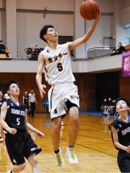 バスケットボール男子決勝 紫波一-矢巾北 紫波一の藤原宏紀さん(5)がレイアップを決め点差を広げる