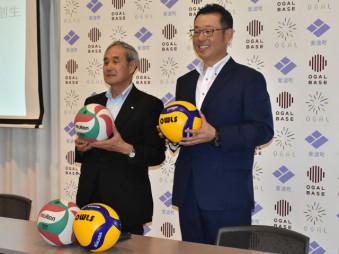 東北バレーボールリーグの創設を発表する岡崎希裕代表取締役(右)と熊谷泉町長=紫波町