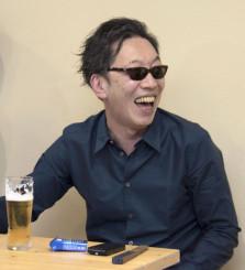 直木賞受賞が決まり、喜ぶ作家の馳星周さん=15日午後、北海道浦河町