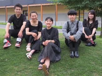 紫波町の魅力発信に取り組むSTSHの(左から)久慈詞音さん、岩越菜妃さん、吉田くるみさん、阿部崇史さん、中居愛美さん