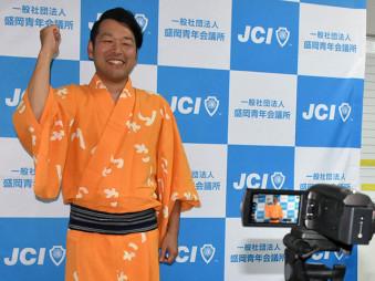 代替イベントの動画撮影で、開催趣旨などを説明する宮野祐樹理事長